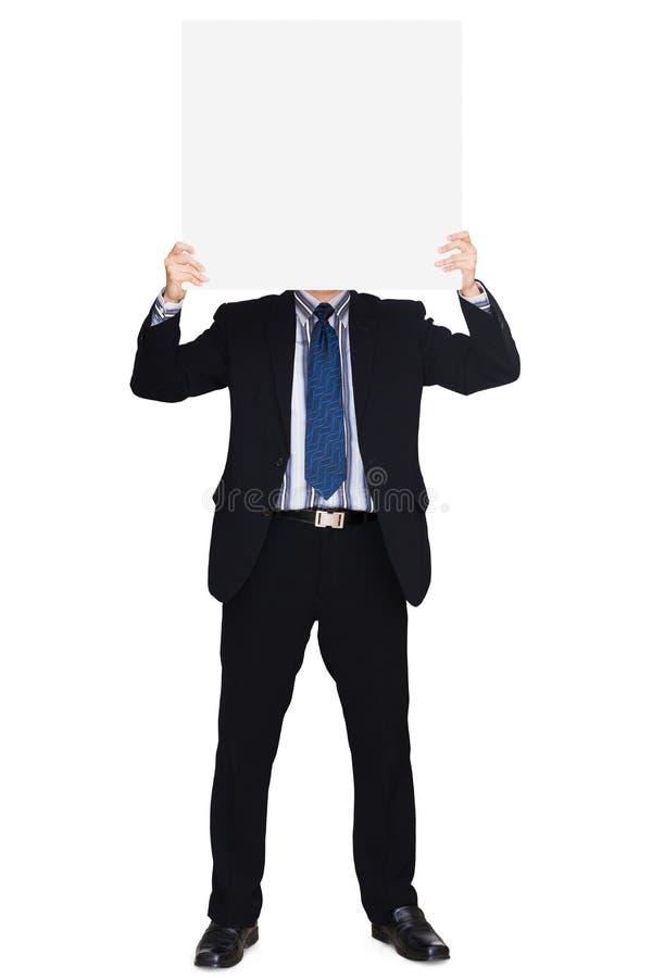 Bedrijfs mens die in donker kostuum een leeg teken houdt stock afbeelding