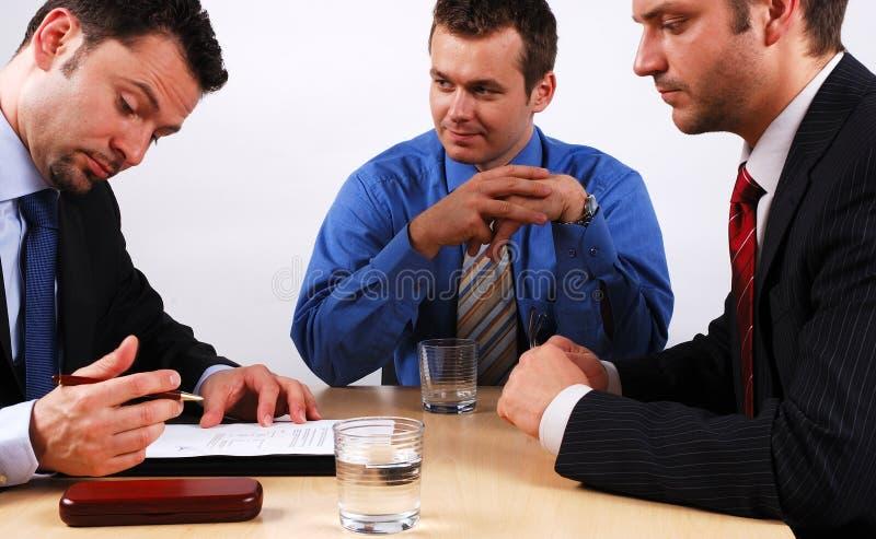 Bedrijfs mens die een contract ondertekent royalty-vrije stock afbeeldingen
