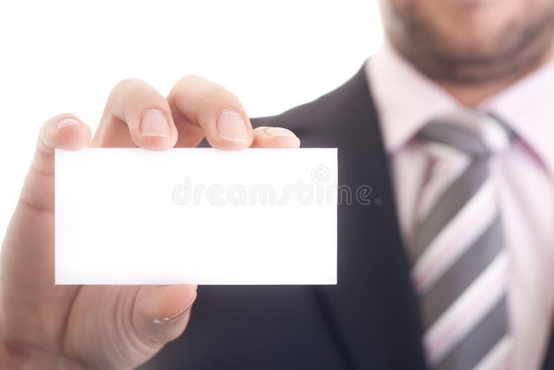 Bedrijfs mens die een leeg adreskaartje houdt stock foto
