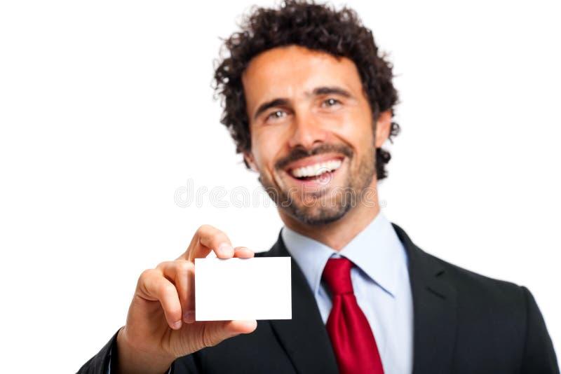 Bedrijfs mens die een leeg adreskaartje overhandigt stock foto