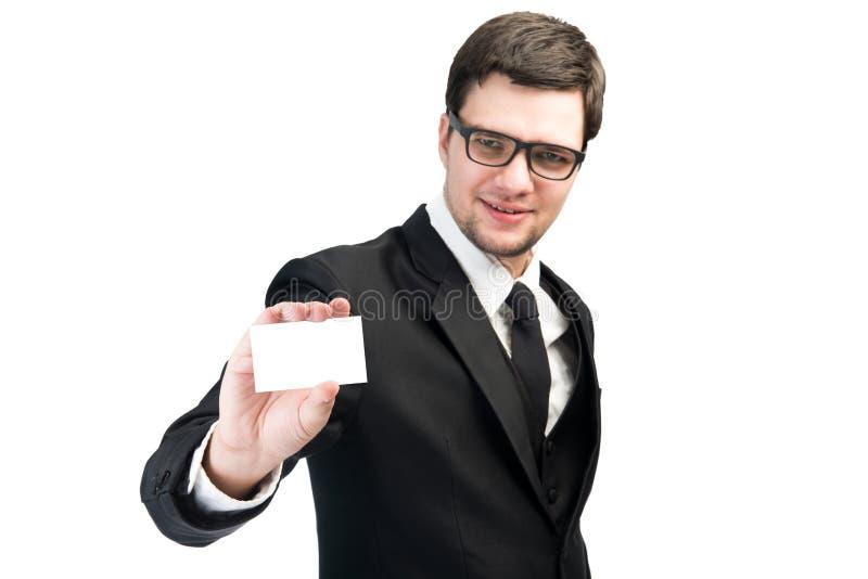 Bedrijfs mens die een leeg adreskaartje overhandigt royalty-vrije stock fotografie