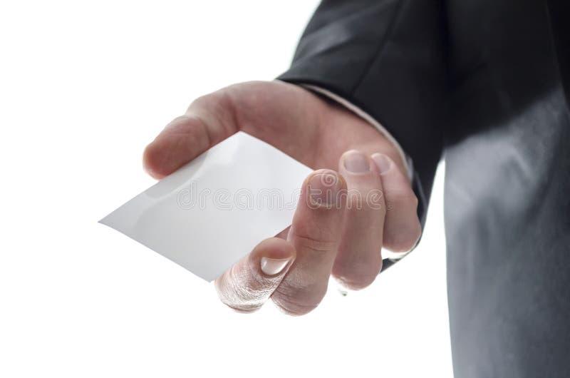 Bedrijfs mens die een leeg visitekaartje overhandigen stock foto's
