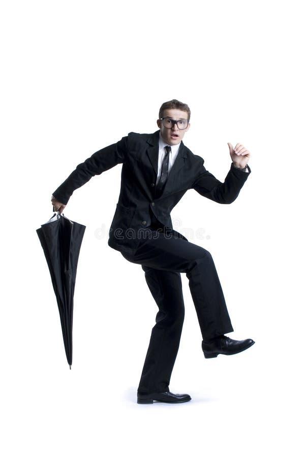 Bedrijfs mens die met paraplu loopt stock afbeelding