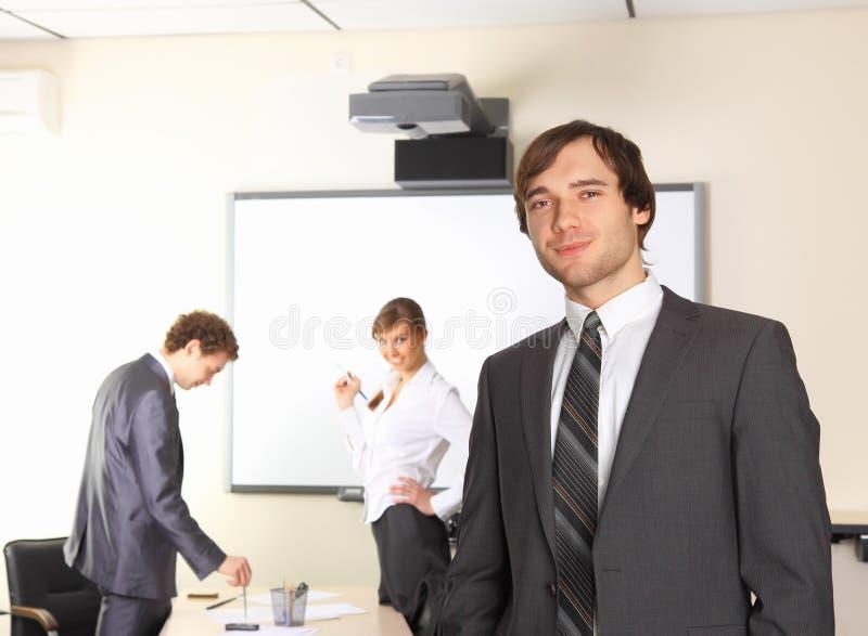 Bedrijfs mens die met teampartners in bac bespreekt royalty-vrije stock foto