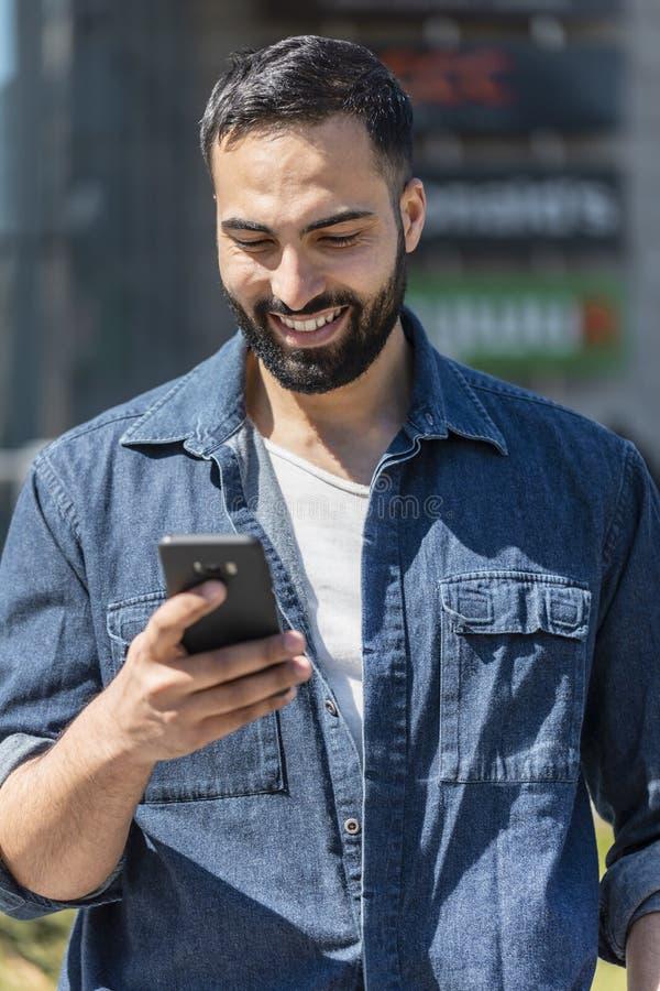 Bedrijfs mens die smartphone gebruikt stock foto's