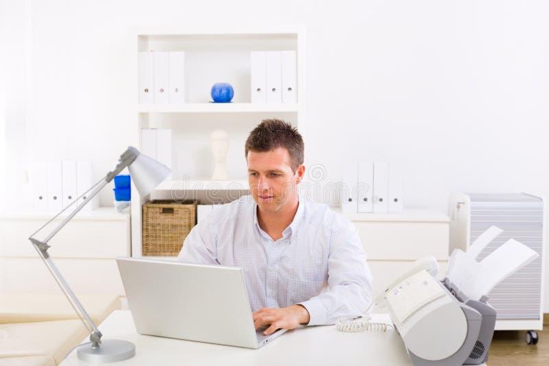 Bedrijfs mens die thuis werkt royalty-vrije stock fotografie