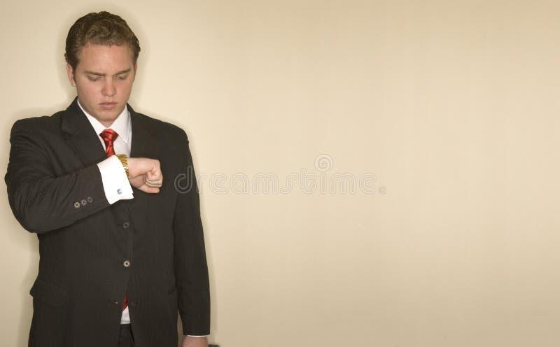 Bedrijfs mens die tijd controleert stock afbeeldingen