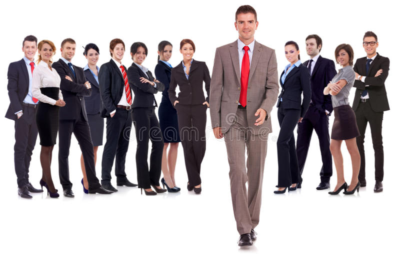 Bedrijfs mens die voorwaarts belangrijk team loopt stock foto
