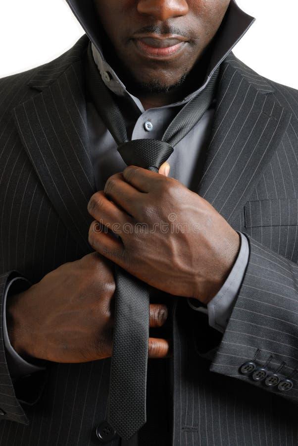 Bedrijfs mens die zijn band bevestigt stock foto's