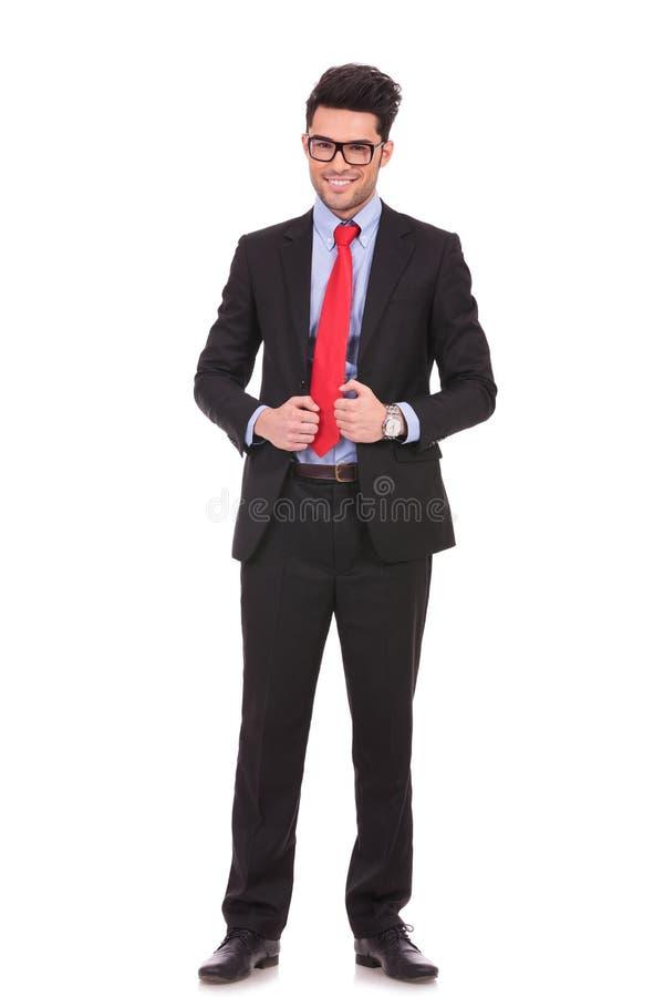 Bedrijfs mens die zijn kostuumjasje bevestigen royalty-vrije stock afbeelding
