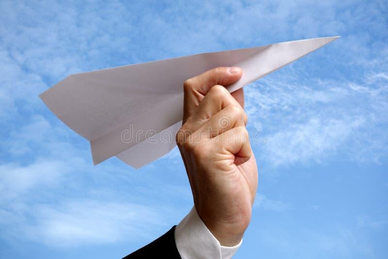 Bedrijfs mens met document vliegtuig tegen blauwe hemel royalty-vrije stock foto's