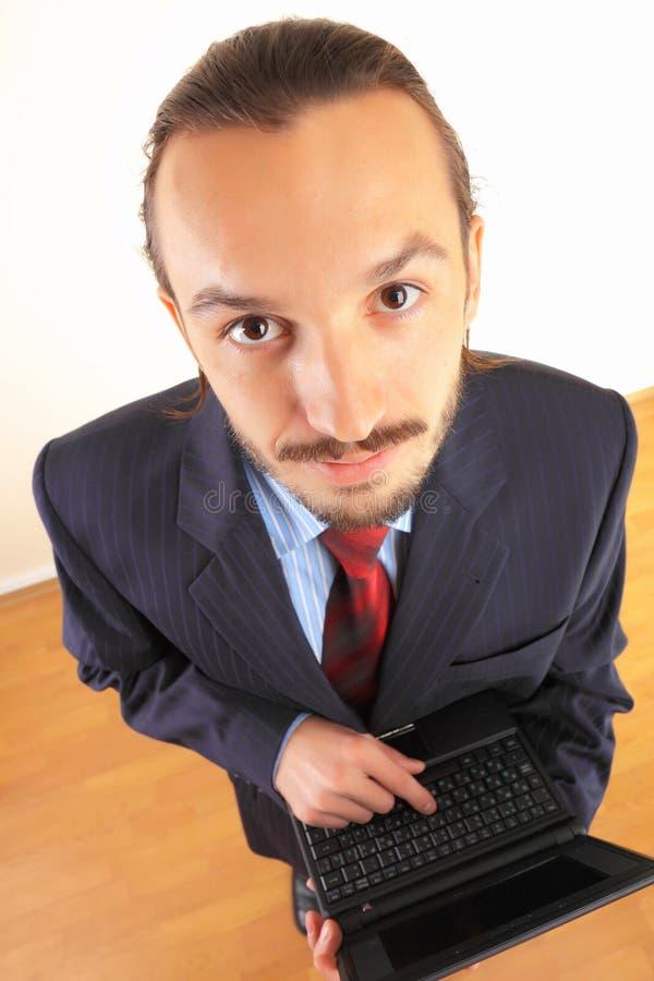 Bedrijfs mens met laptop in handen. stock fotografie