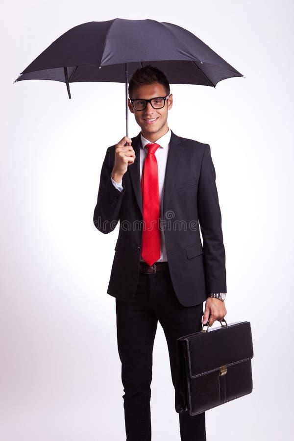 Bedrijfs mens met paraplu en koffer royalty-vrije stock afbeelding