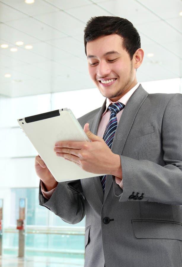 Bedrijfs mens met tablet royalty-vrije stock fotografie