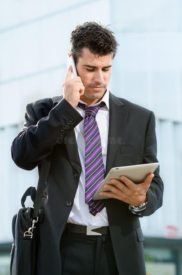 Bedrijfs mens met telefoon en tablet royalty-vrije stock foto's