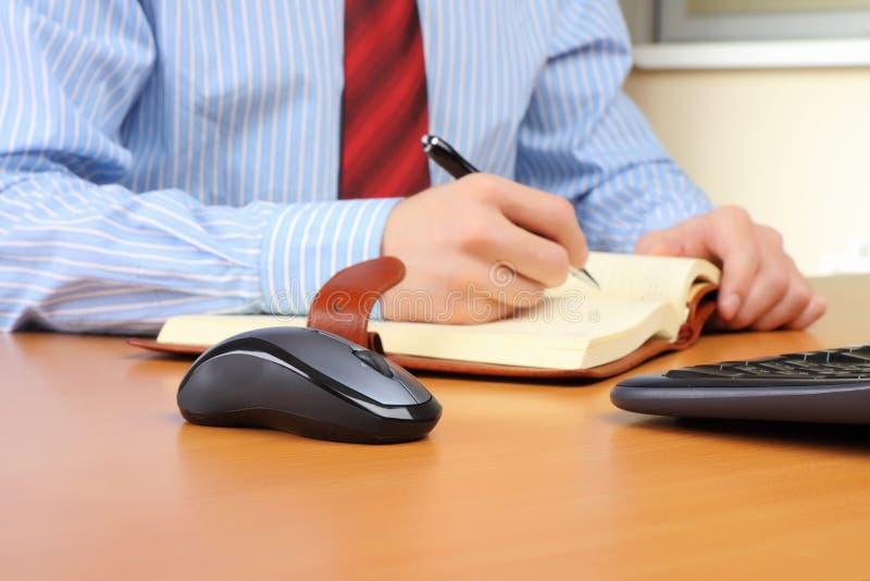 Bedrijfs mens op kantoor dat werkt bij stock afbeelding