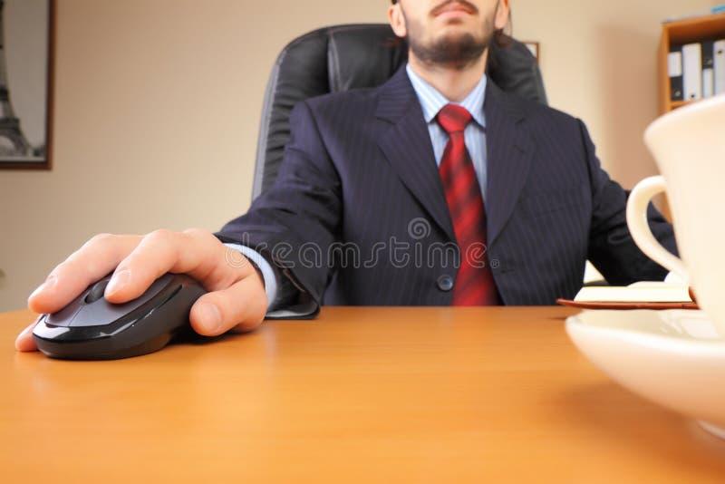 Bedrijfs mens op kantoor dat werkt bij royalty-vrije stock fotografie