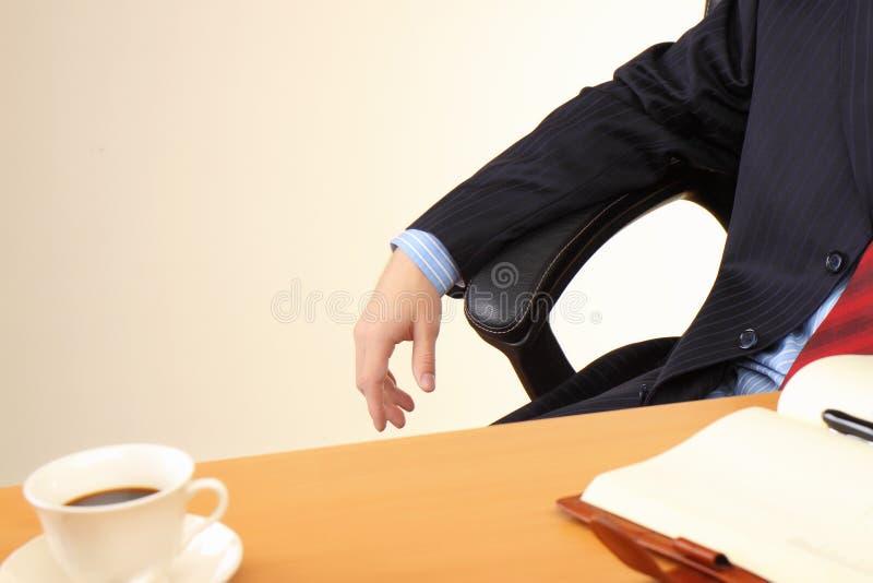 Bedrijfs mens op kantoor dat werkt bij royalty-vrije stock afbeeldingen