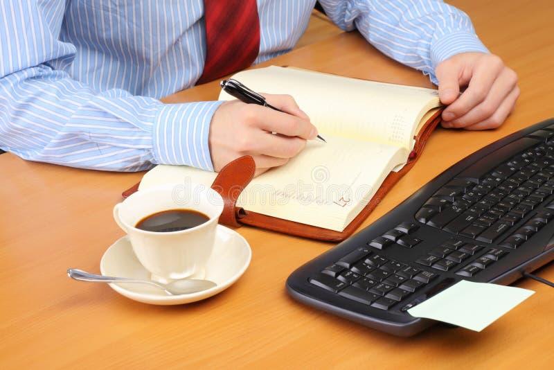 Bedrijfs mens op kantoor dat werkt bij stock fotografie