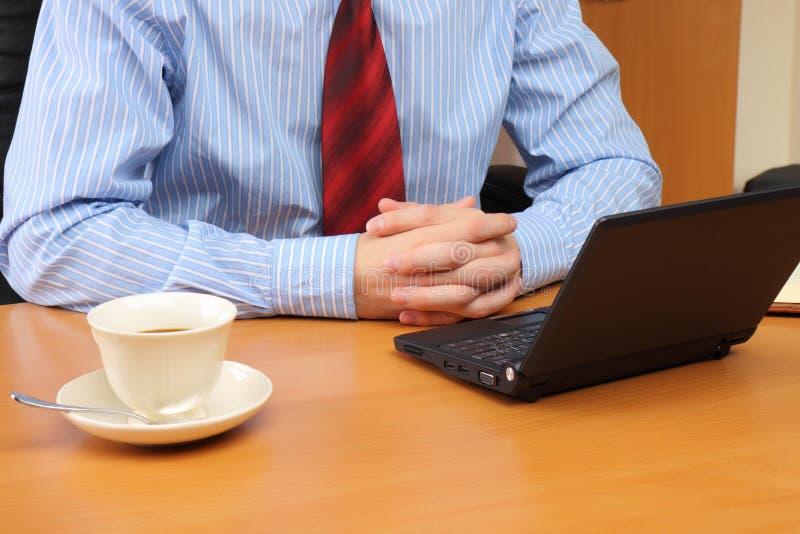 Bedrijfs mens op kantoor dat werkt bij stock foto