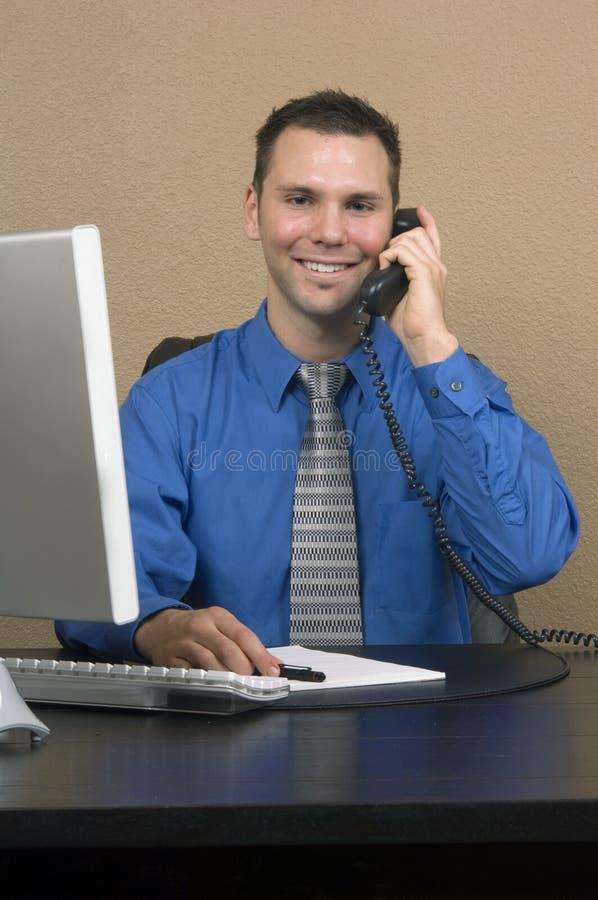Bedrijfs mens in zijn bureau stock afbeelding