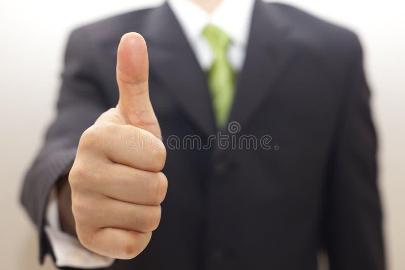 Bedrijfs mens in zwart kostuum met omhoog duimen royalty-vrije stock foto