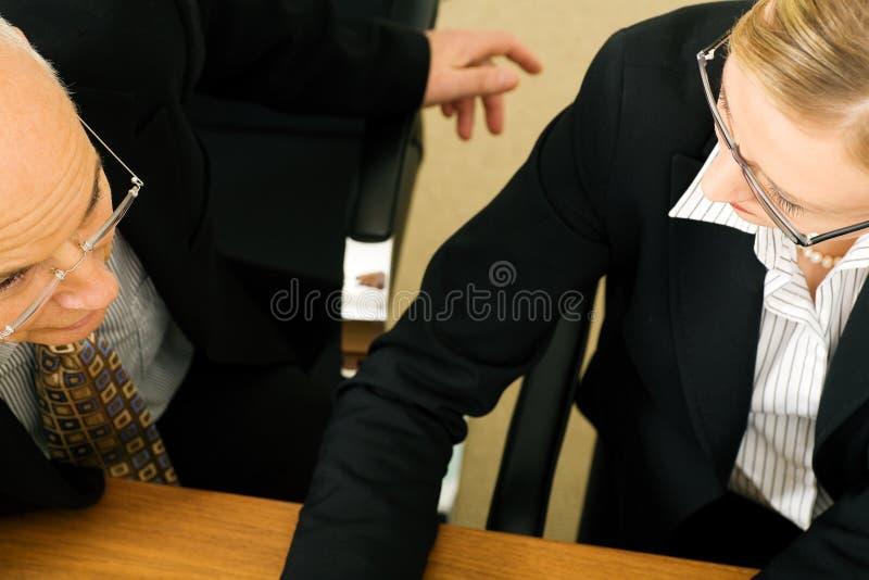 Bedrijfs mensen in bespreking stock fotografie