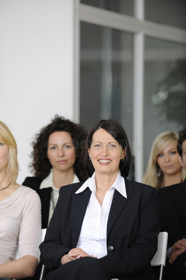 Bedrijfs mensen bij conferentie het luisteren lezing stock afbeelding