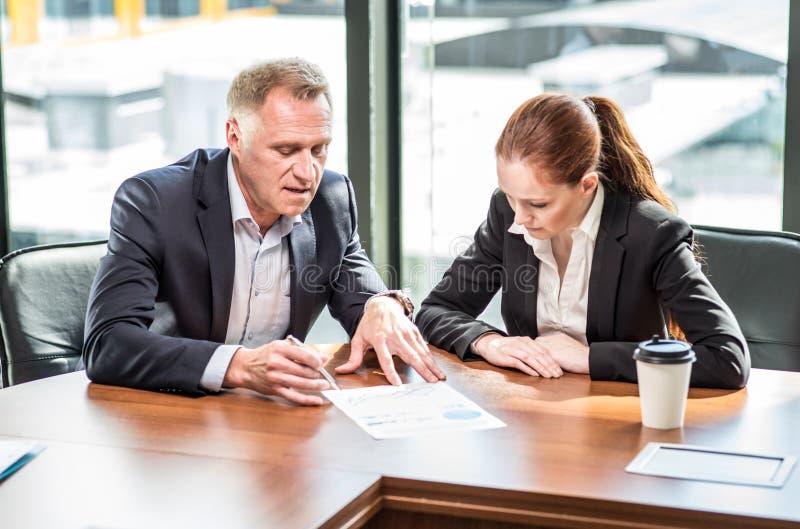Bedrijfs mensen bij vergaderingslijst stock afbeelding
