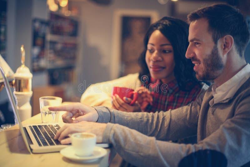 Bedrijfs mensen die aan laptop werken royalty-vrije stock afbeeldingen