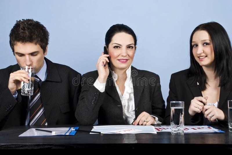 Bedrijfs mensen die in bureau samenkomen stock foto's