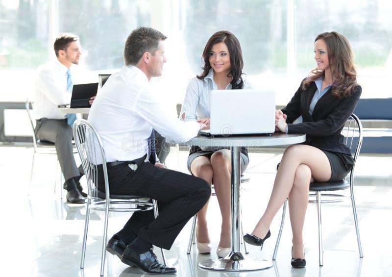 Bedrijfs mensen die in bureau samenkomen Concept mededeling stock afbeeldingen
