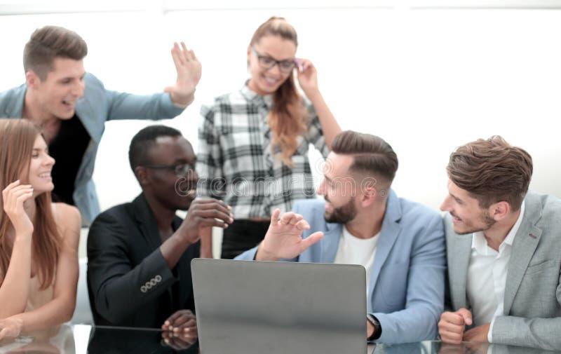 Bedrijfs mensen die in bureau samenwerken royalty-vrije stock afbeelding