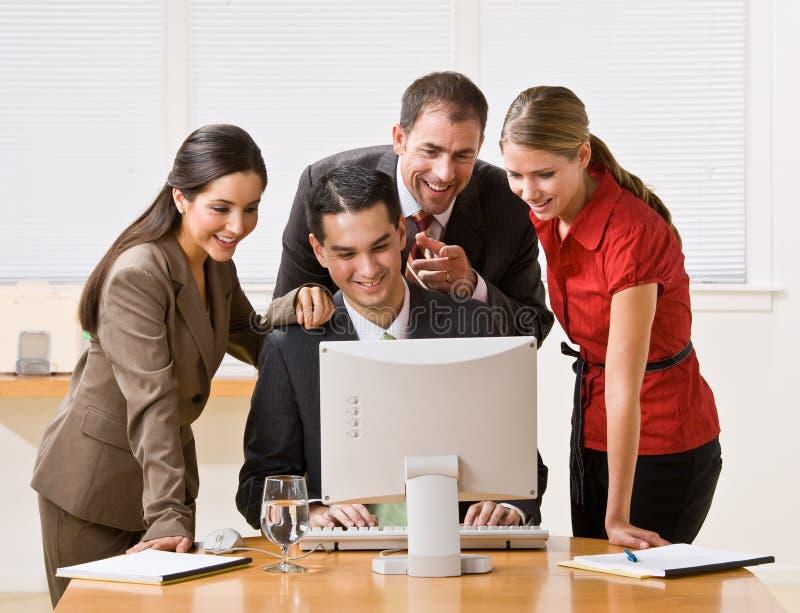 Bedrijfs mensen die computer bekijken stock fotografie