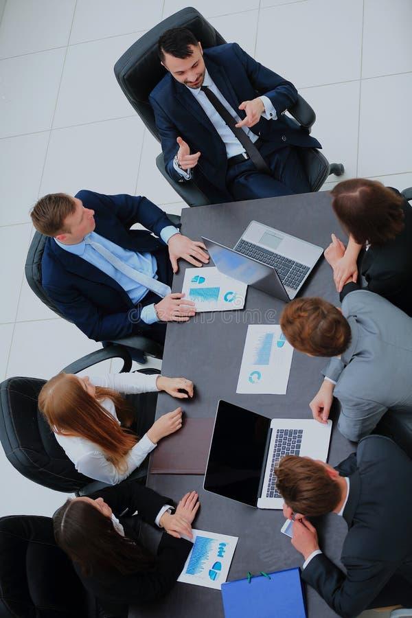 Bedrijfs Mensen die de Vergadering van de Raad in Modern Bureau hebben stock afbeelding