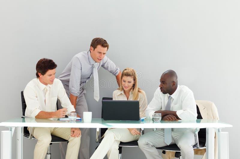 Bedrijfs mensen die in een vergadering op elkaar inwerken royalty-vrije stock afbeelding