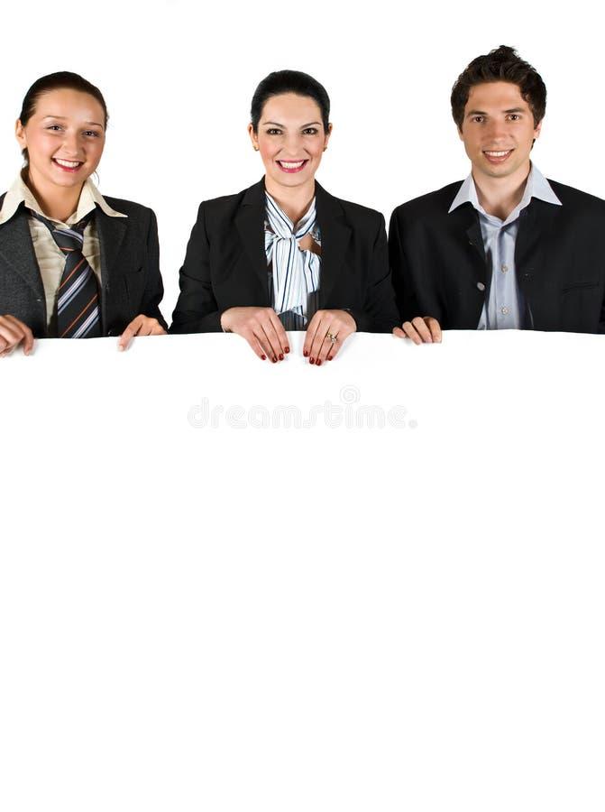 Bedrijfs mensen die een witte raad houden royalty-vrije stock foto's