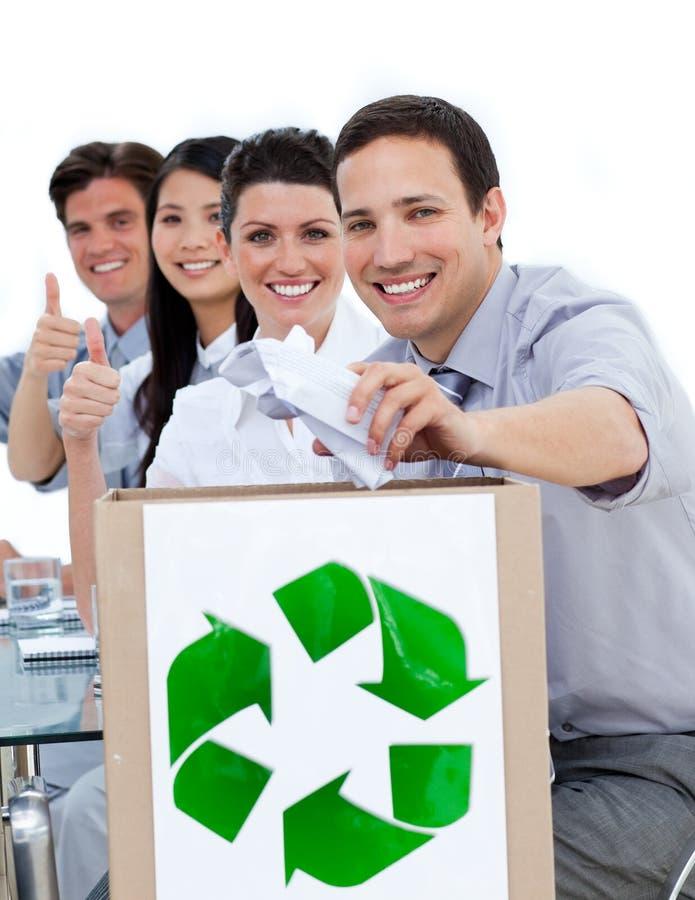 Bedrijfs mensen die het concept recycling tonen stock afbeeldingen