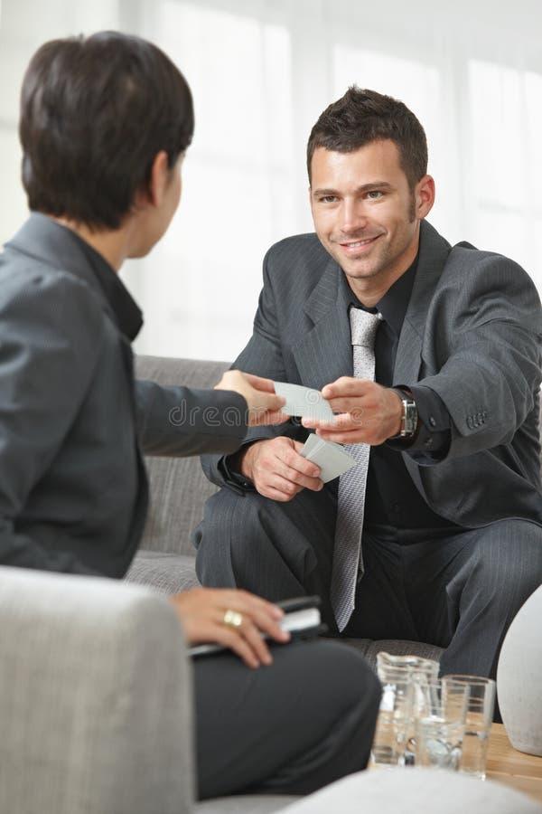 Bedrijfs mensen die kaarten veranderen stock foto