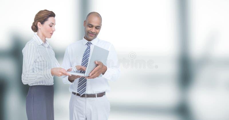 Bedrijfs mensen die laptop in bureau met behulp van stock afbeeldingen