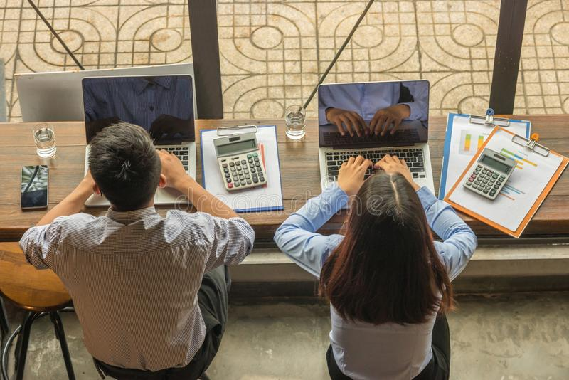 Bedrijfs mensen die laptop met behulp van royalty-vrije stock afbeelding
