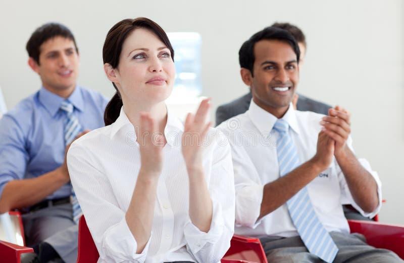 Bedrijfs mensen die op een conferentie slaan stock afbeeldingen