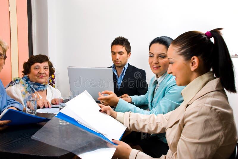 Bedrijfs mensen die op vergadering in bureau werken stock foto's