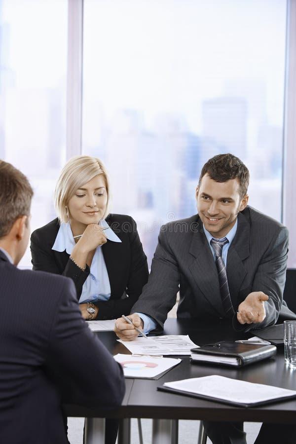 Bedrijfs mensen die op vergadering spreken stock fotografie