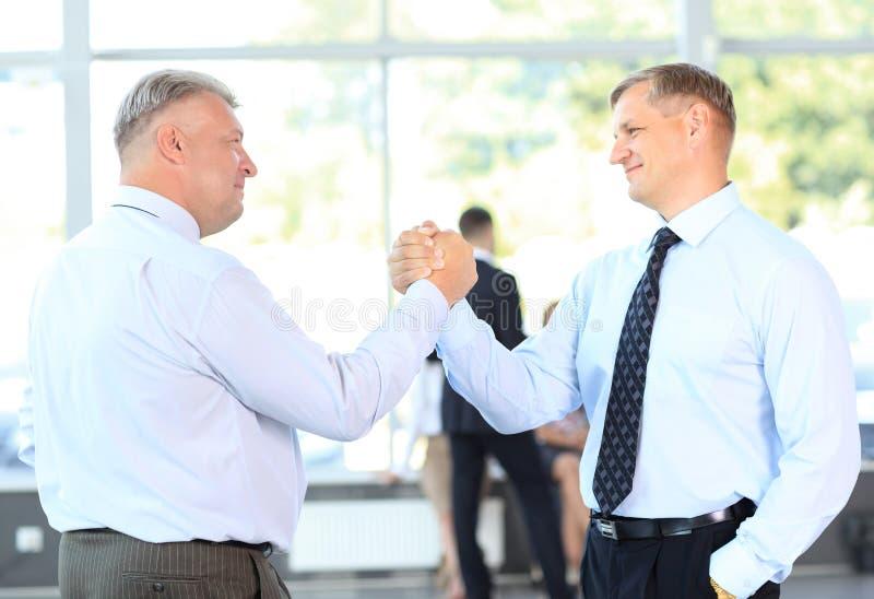 Bedrijfs mensen die overeenkomst sluiten. handdruk royalty-vrije stock foto's