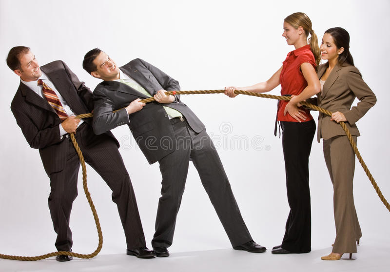 Bedrijfs mensen die touwtrekwedstrijd spelen stock afbeeldingen