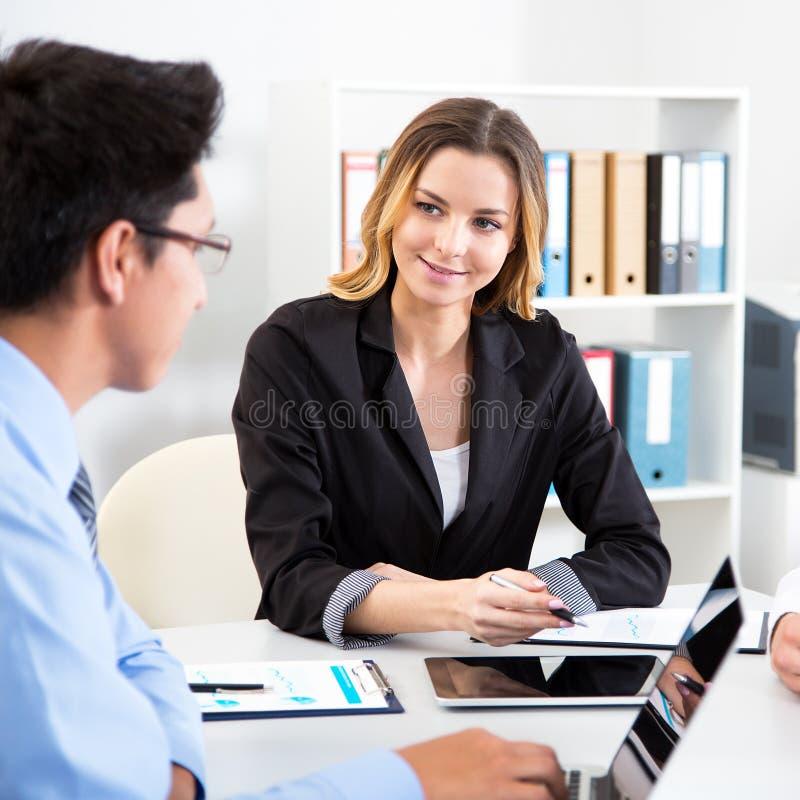 Bedrijfs mensen die vergadering in bureau hebben stock fotografie
