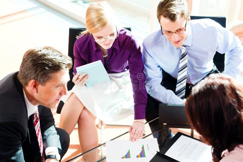 Bedrijfs mensen die vergadering in bureau hebben stock foto