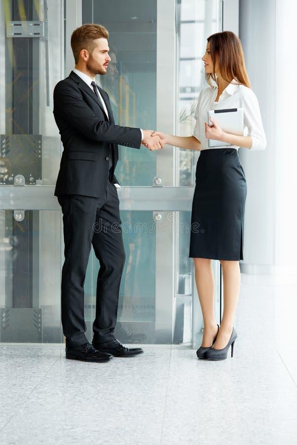 Bedrijfs mensen Het succesvolle Partner Schudden dient Th in royalty-vrije stock fotografie