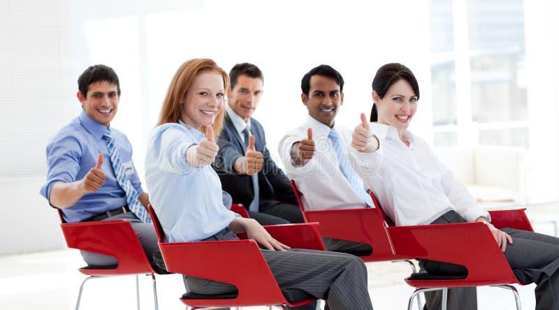 Bedrijfs mensen met duimen omhoog op een conferentie royalty-vrije stock foto's